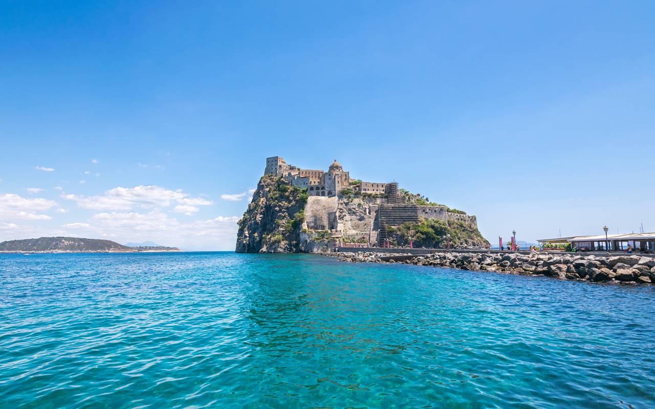 https://www.nitrodiviaggi.it/media/7794/ischia-castello-shutterstock_750023515-min.jpg